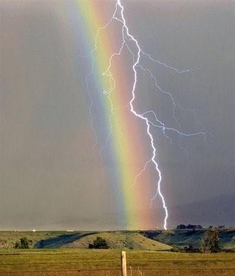 神有彩虹,但也有閃電.jpg